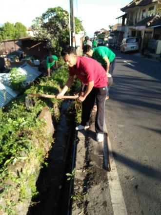 Jumat Bersih Membersihkan Sumbatan Got